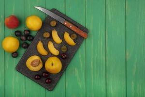 fruta variada sobre fondo verde