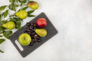 Surtido de frutas sobre fondo neutro con espacio de copia