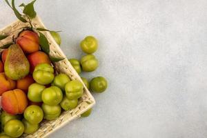 Surtido de frutas sobre fondo neutro con espacio de copia foto