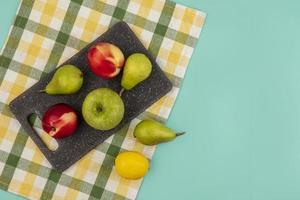 Fruta variada sobre fondo estilizado de mediados de otoño
