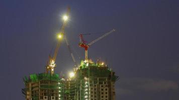 sitio de construcción con grúa y edificio