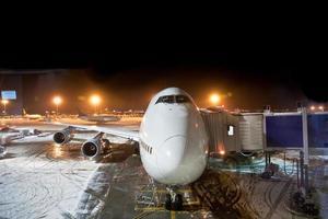 avión en el dedo en el aeropuerto. foto