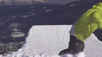 Zeitlupe: Snowboarder springt Big Powder Kicker