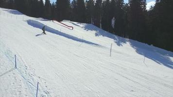 aereo: volare oltre a uno snowboarder che salta in aria