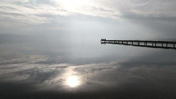 solen reflekterar över den lite vågiga sjön video