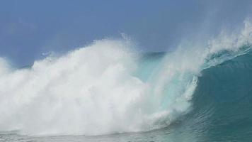 Cámara lenta de cerca: gran ola teahopoo rompiendo y salpicando