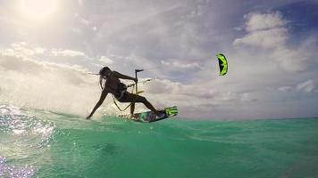 ragazza kitesurf nell'oceano. divertimento estivo sport estremi.