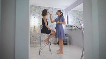 master kleuren eye shadows met kleur, afbeelding meisje bereidt zich voor op prom video