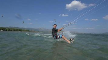 câmera lenta: o kiteboarder pula sobre a câmera de perto