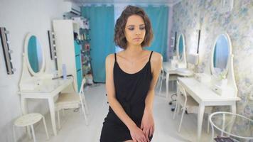 estilista de mulher agradável, trabalhando com rímel