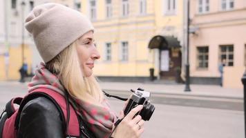 turista tirando foto de uma rua antiga para a câmera de filme retrô