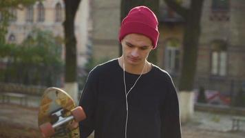 adolescente con uno skateboard