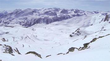 aérea: grandes montanhas no inverno