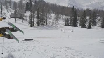Cámara lenta aérea: esquiador de estilo libre saltando gran kicker en snowpark