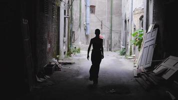 mujer vestida y caminando por la calle