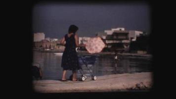 vintage 8 mm. mulher empurrando carrinho