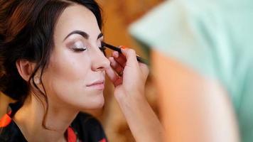 belle fille faisant du maquillage - mariage