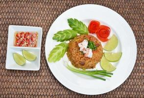 arroz frito con camarones tailandés sirve en el plato