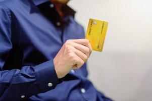 empresario con tarjeta de credito