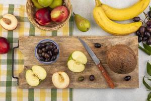 Surtido de frutas sobre fondo otoñal estilizado