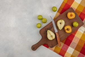 Fruta en rodajas en la tabla de cortar con espacio de copia