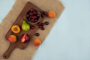 Fruta variada en tabla de cortar con espacio de copia