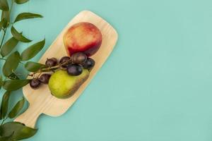 Fruta variada sobre fondo de madera con espacio de copia