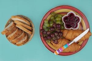 panes y frutas sobre fondo azul
