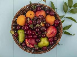 canasta de frutas sobre fondo azul