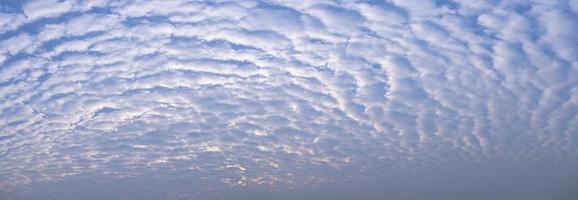 cielo y nubes a la luz del mediodía