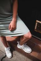 augsburg, alemania, 2020 - mujer con vestido de camiseta y zapatillas blancas