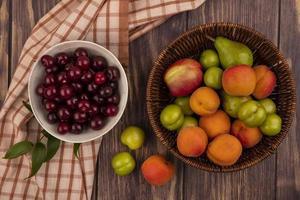 Surtido de frutas sobre fondo otoñal estilizado foto