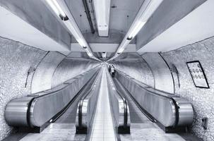 Roma, Italia, 2020 - blanco y negro de una terminal de metro