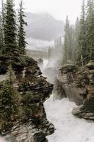 paisaje de montaña con rocas y río.