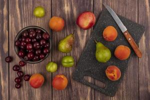 Surtido de frutas sobre fondo de madera