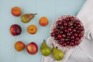 Surtido de frutas sobre fondo azul.