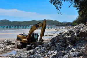 excavadora de orugas moviendo rocas. foto