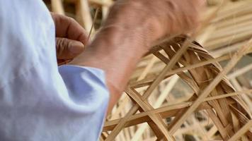 tecendo cesta de bambu