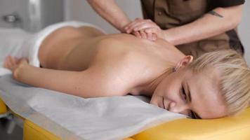 bella donna che ha un massaggio video