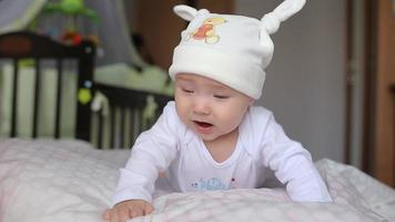 bebê ri e chora video