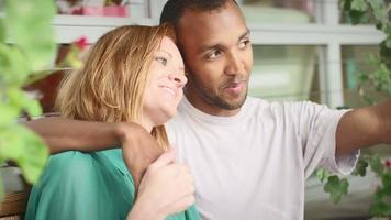 jovem casal se ajeitando no banco, rindo e sorrindo