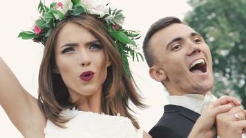 a noiva e o noivo pulando de júbilo na natureza. lentamente video