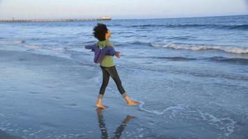 Frau spielt am Strand