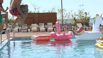 mec a éclaboussé les femelles en prenant un bain de soleil lorsqu'il a sauté dans la piscine. 20s. Super 1080p ralenti 240fps. video