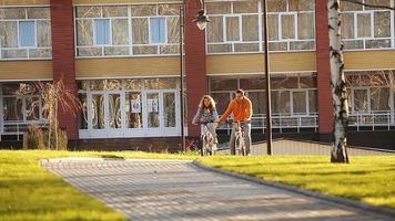 casal andando de bicicleta na zona rural. casal se divertindo em um parque video
