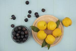 Surtido de frutas sobre un fondo azul.