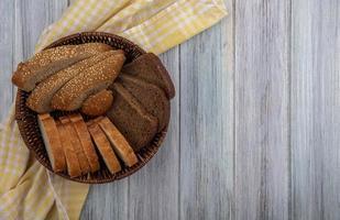 Rebanadas de pan sobre fondo de madera con espacio de copia foto