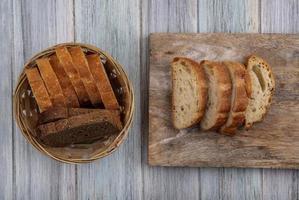 pan rebanado sobre fondo de madera