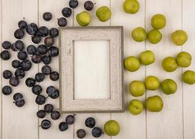 Surtido de frutas sobre fondo de madera enmarcada