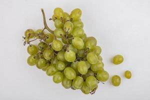 uvas blancas sobre fondo blanco